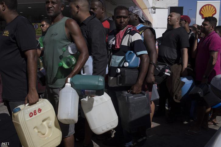 Benzinért állnak sorban az emberek a kevés még mûködõ benzinkút egyikénél Rio de Janeiróban 2018. május 28-án.