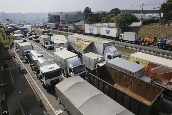 Sztrájkoló kamionsofõrök