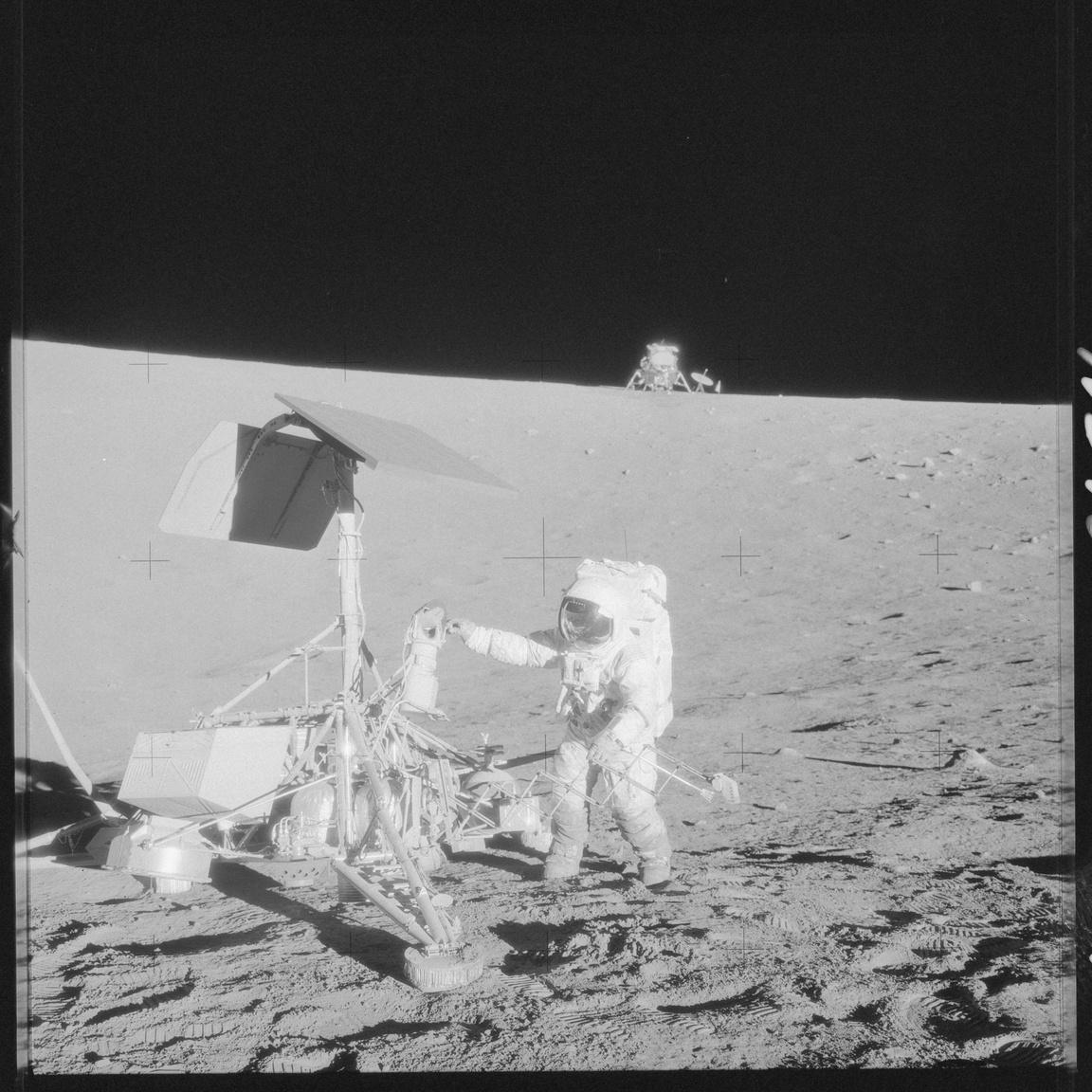 1969. november 20. Az Apollo-12 holdkompja, az Intrepid pár száz méterre landolt a Surveyor-3 holdszondától, ami 1967. április 17-én szállt le a Holdon. A képen Alan Bean látható, amint a holdszonda TV-kameráját ellenőrzi. A Surveyor-3 kameráját és más darabjait is leszerelték és visszahozták a Földre az Apollo-12 űrhajósai.