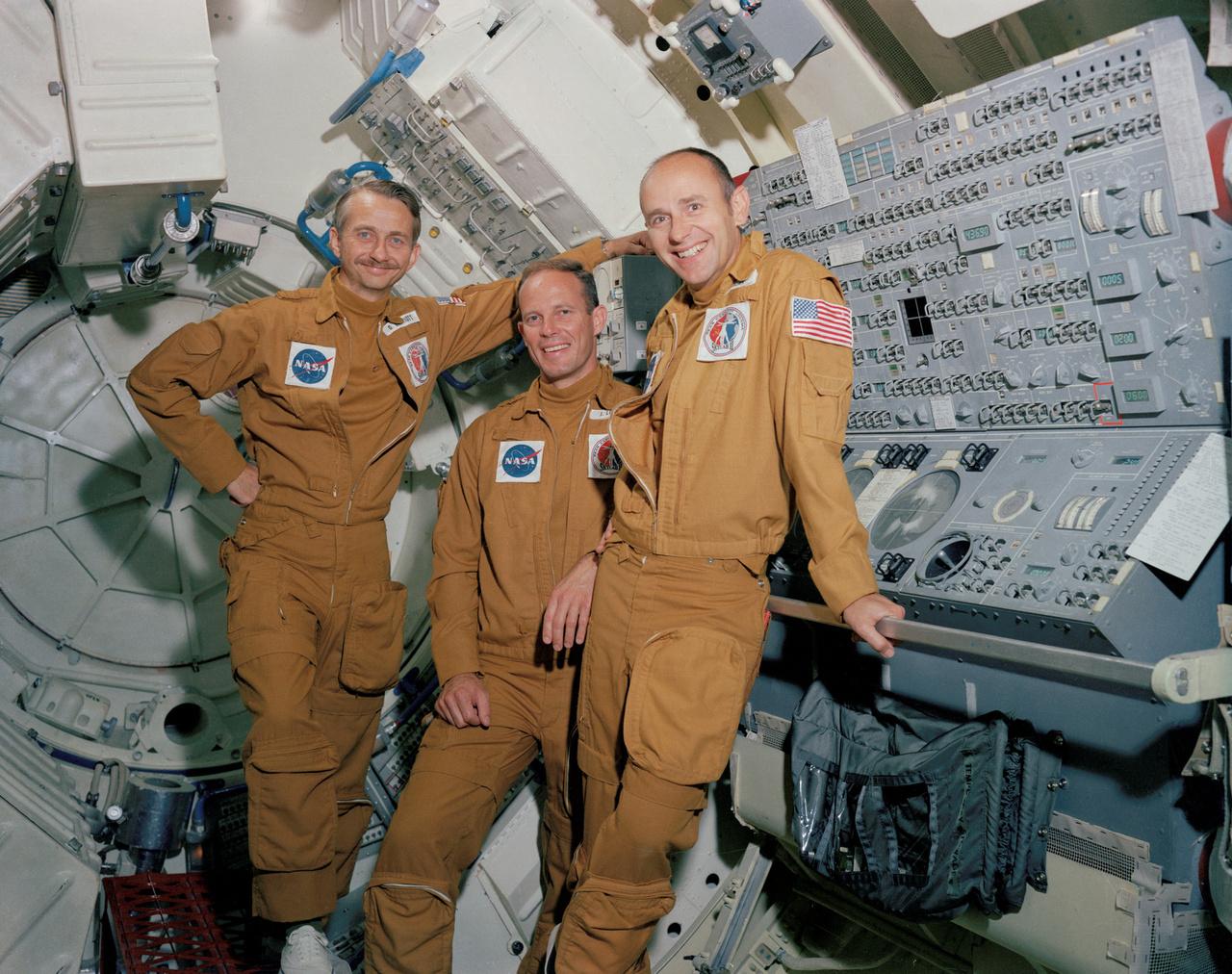 1973. június 29. A Skylab-3 háromfős legénysége Houstonban, a dokkolóadapter szimulátorában, balról jobbra:  Owen K. Garriott (tudományos tiszt), Jack R. Lousma (pilóta) és Alan L. Bean (parancsnok).