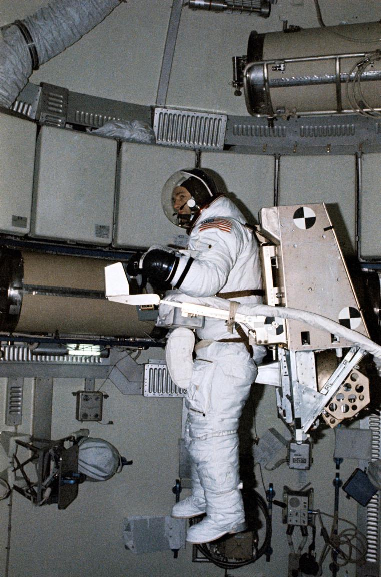 1973. augusztus 18. Alan Bean az űrsétákra tervezett M509 Astronaut Maneuvering Equipment nevű felszerelést teszteli, amire lovaglóülésben lehetett felülni és szabadon mozogni vele. Az M509 az MMU (Manned Maneuvering Unit) elődjének tekinthető, amivel Bruce McCandless repült először szabadon az űrben 1984-ben.