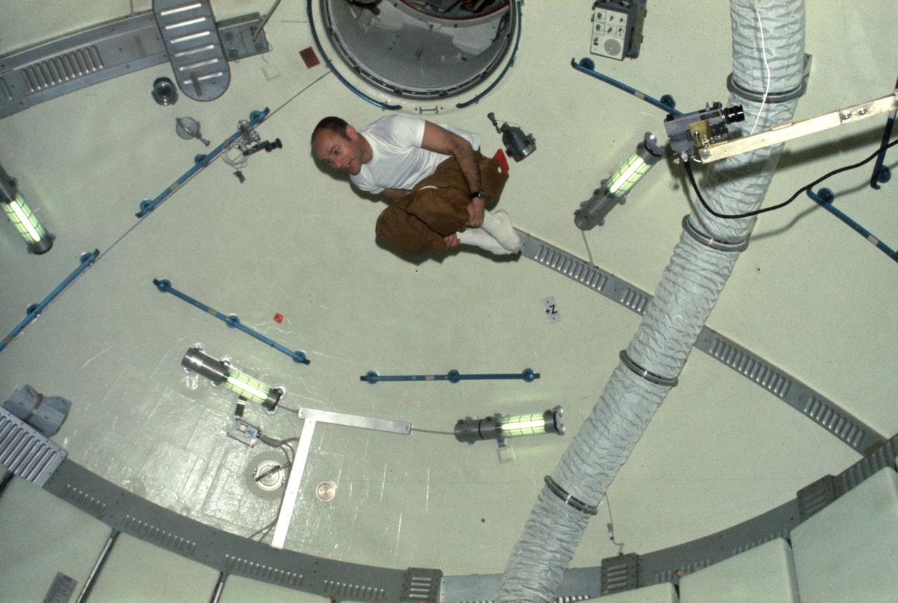 """1973. július-szeptember. Alan Bean, a Skylab-3 parancsnoka az űrállomás """"dómjában"""" akrobatikázik."""