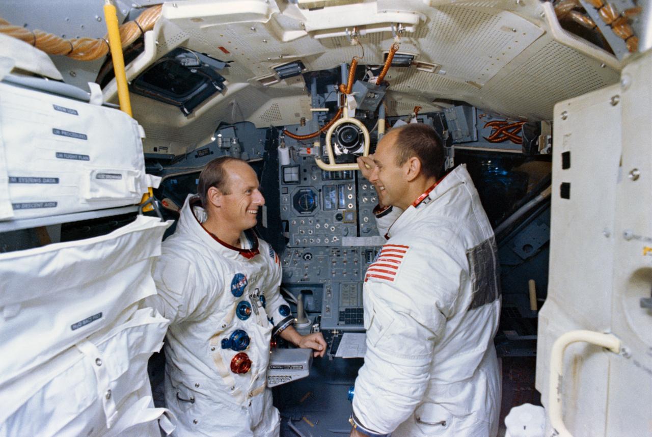 1969. október 22. Pete Conrad és Al Bean a holdkompszimulátorban, a Kennedy Űrközpontban.