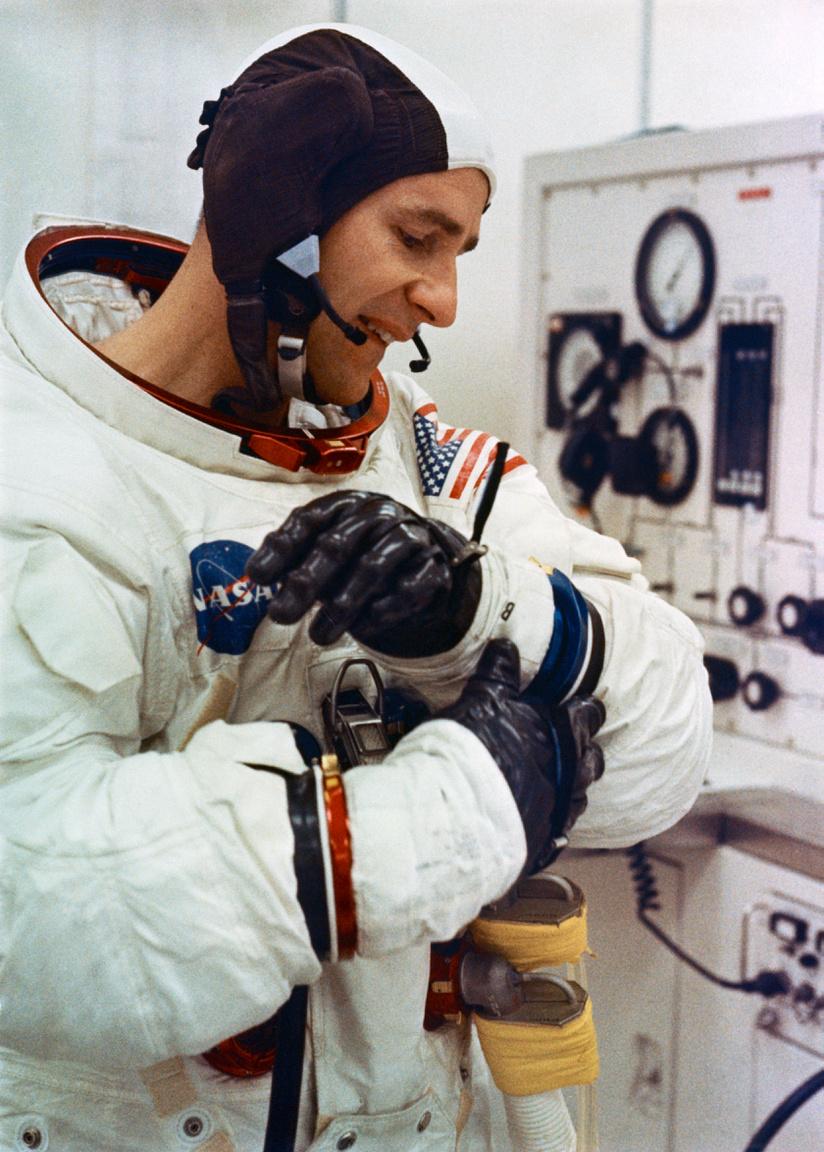 1969. november 14. Bean beöltözik űrruhájába az Apollo-12 startja előtt.
