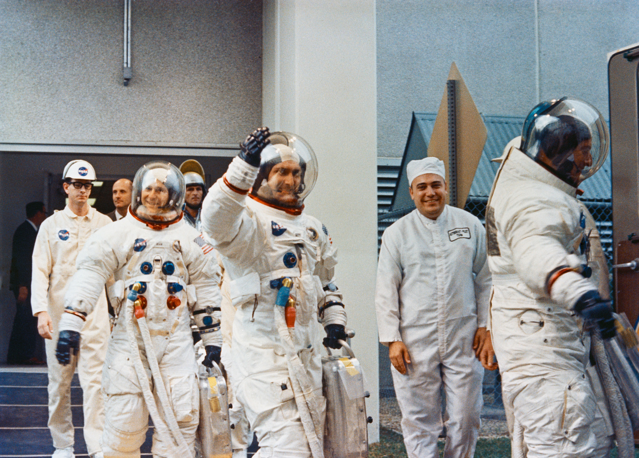 1969. november 14. Az Apollo-12 három űrhajósa beszáll az őket az űrhajóhoz szállító kisbuszba. Elöl a parancsnok, Charles Conrad, mögötte Richard Gordon, és a sort Alan Bean zárja.