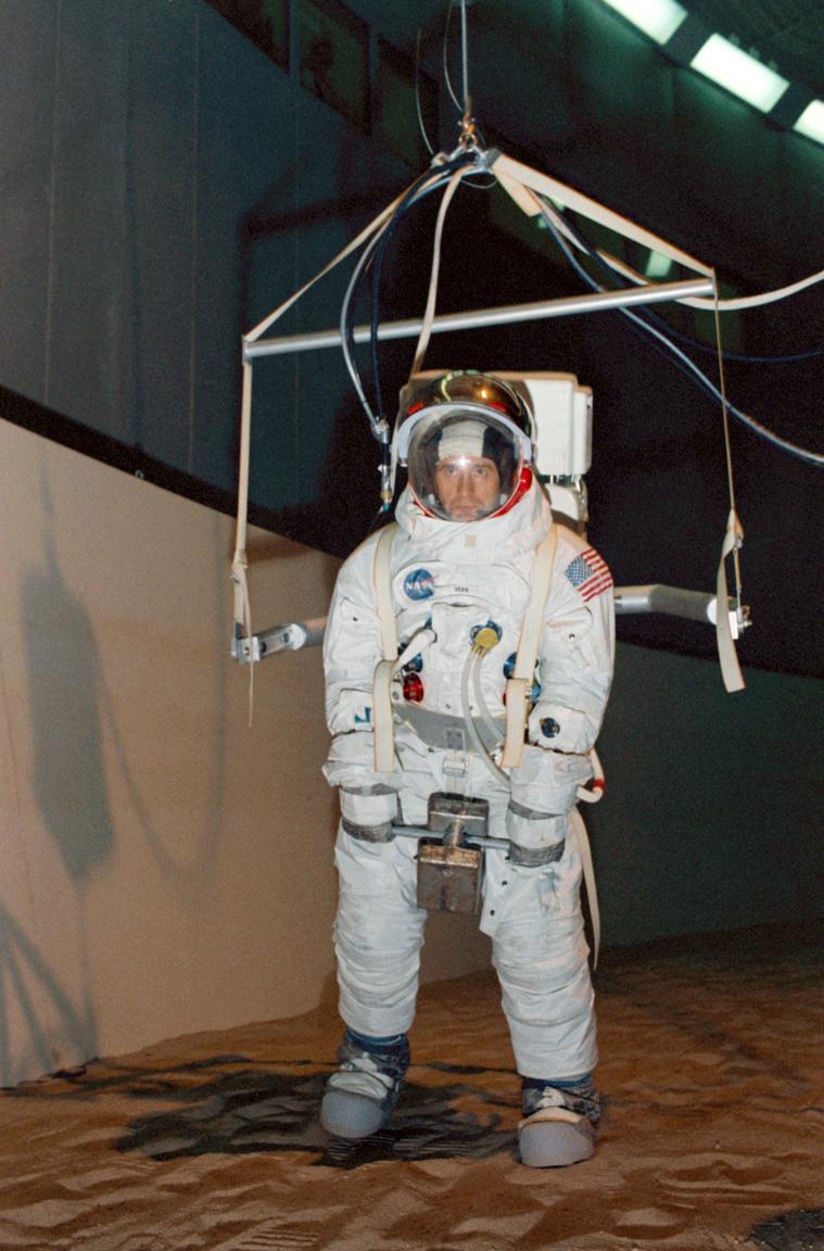 1969. október 24. Bean a houstoni űrközpontban holdséta-szimuláción. A szerkezet amihez az űrhajós hozzá van csatolva, a Holdon uralkodó (a földinek egyhatoda) gravitációs viszonyokat imitálja.