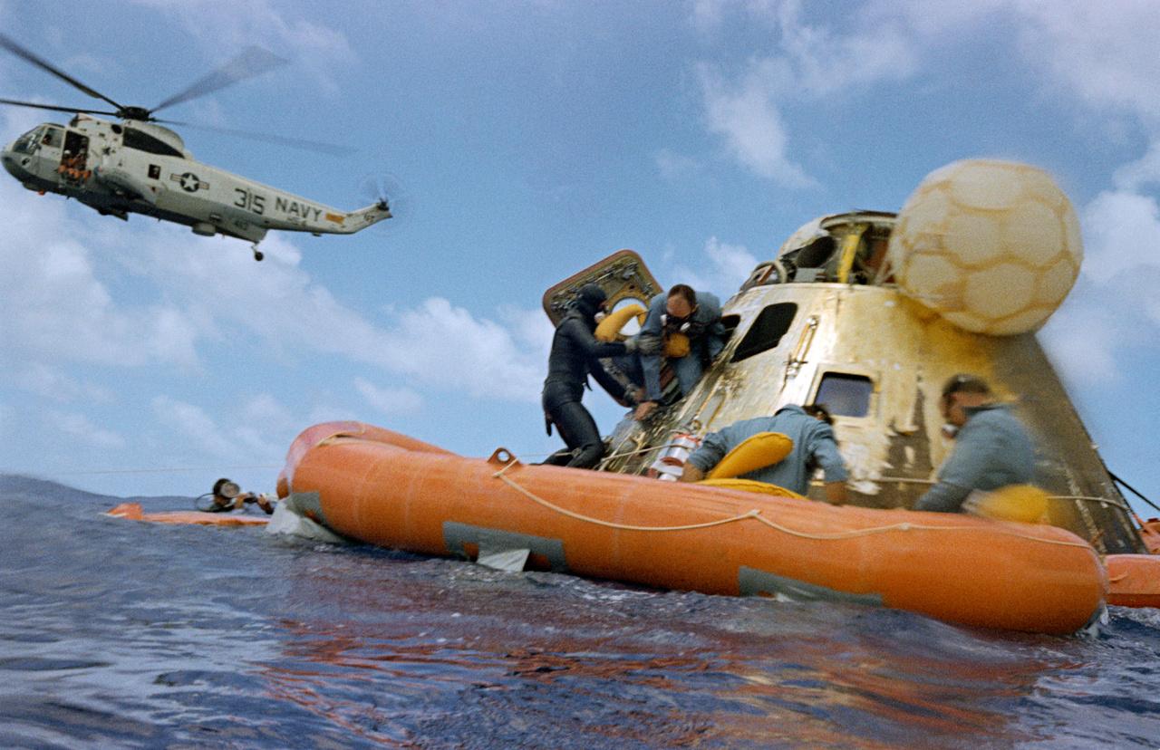 1969. november 24. Bean utolsóként hagyja el a parancsnoki modult a Holdról való visszatérés után.