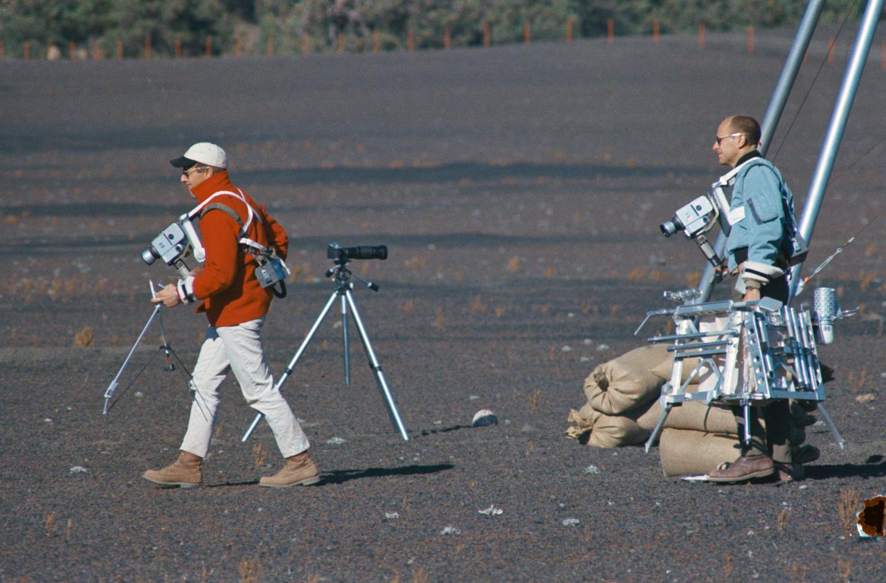 1969. október 10. Conrad és Bean (jobbra) holdgeológiai terepgyakorlaton. Bean a Hold felszínét vizsgáló geológiai eszközöket viszi.