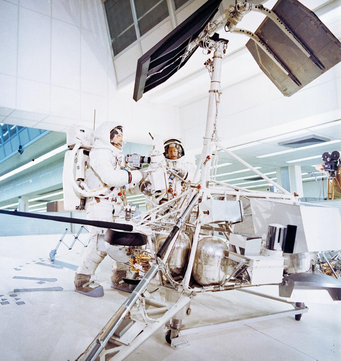 1969. október 6. Conrad (j) és Bean (b) a Surveyor-3 űrszondával kapcsolatos feladatokat gyakorolják a Kennedy Űrközpont űrhajóskiképző épületében.