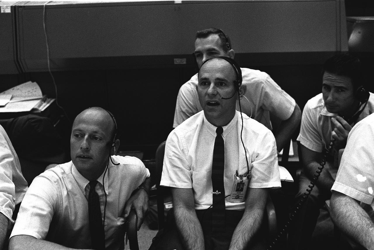 1969. július 20. Az Apollo-12 küldetés űrhajósai az első holdraszállást figyelik a NASA houstoni irányítóközpontjában. Középen, az ámuló Bean.