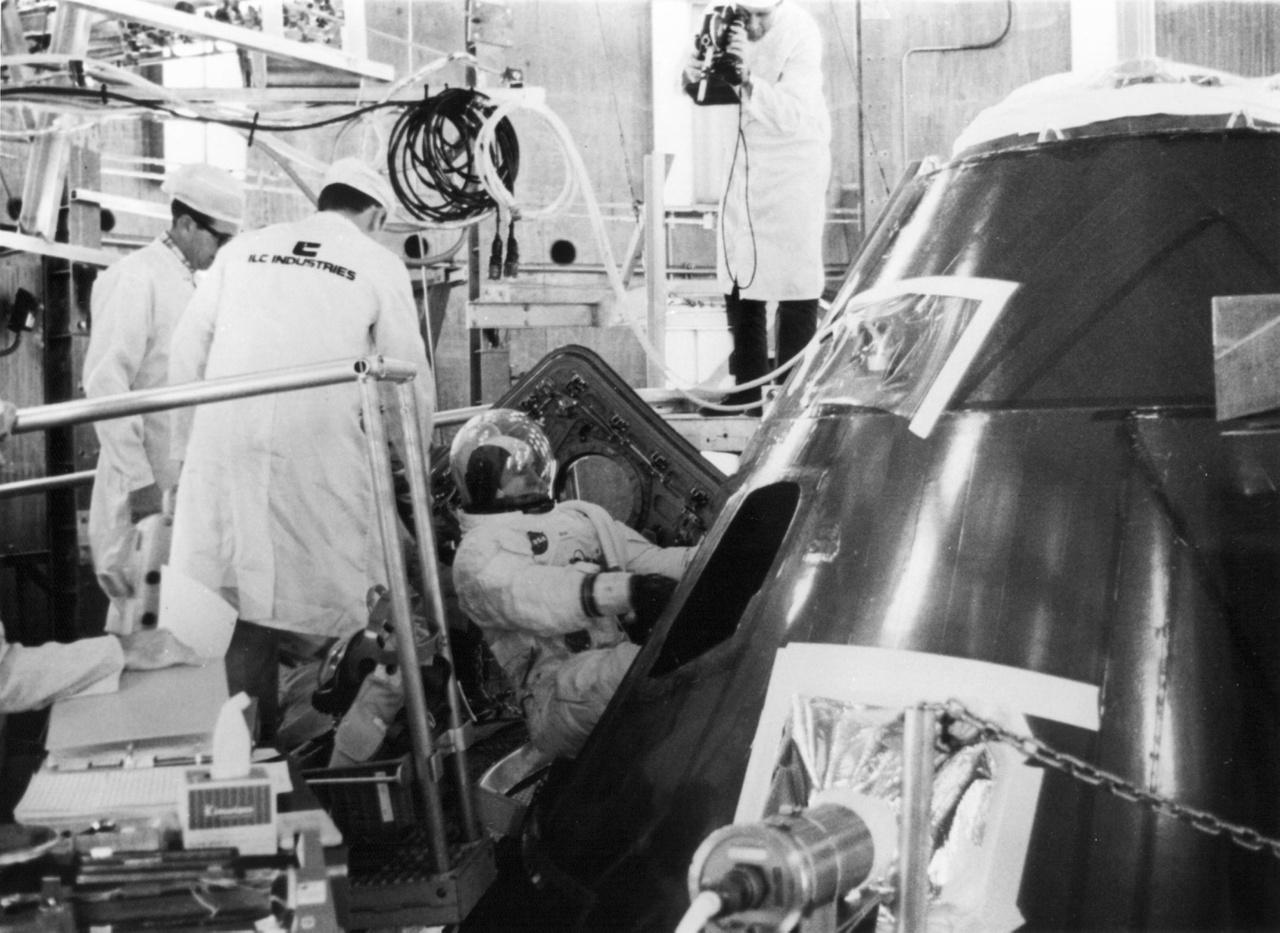 1969. június 25.. Az Apollo-12 küldetésre készülő Alan Bean beszáll az Apollo kapszulába, a magaslégköri és űrbéli nyomásviszonyok tesztelésére használt kamrában. A teszt célja, hogy ellenőrizzék, sehol nem szivárog a levegő az űrhajóból, a vezérlő rendszerek és más felszerelések rendben működnek.