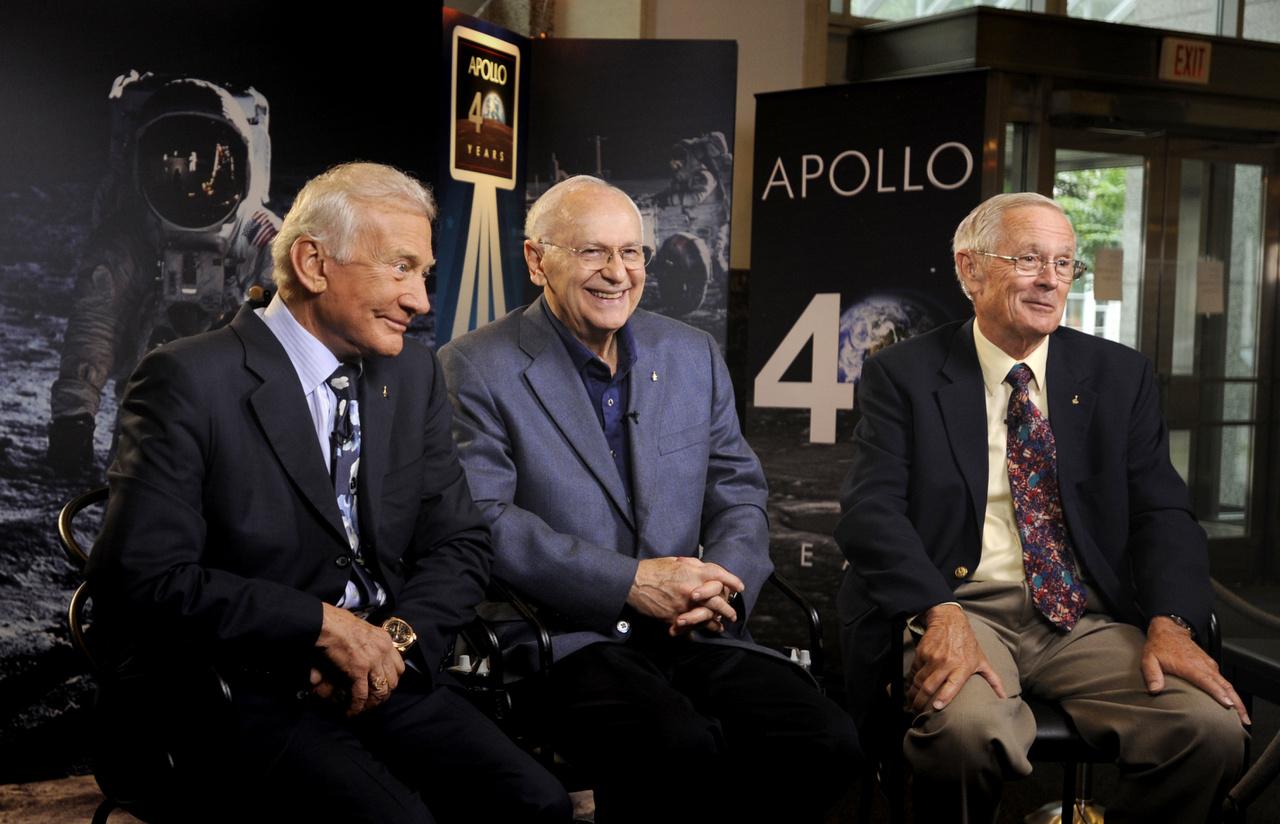 2009. július 20. Három ember a Holdról: Buzz Aldrin (Apollo-11), Alan Bean (Apollo-12) és Charlie Duke (Apollo-16) a NASA washingtoni központjában egy televíziós interjún, az első holdraszállás 40. évfordulóján.