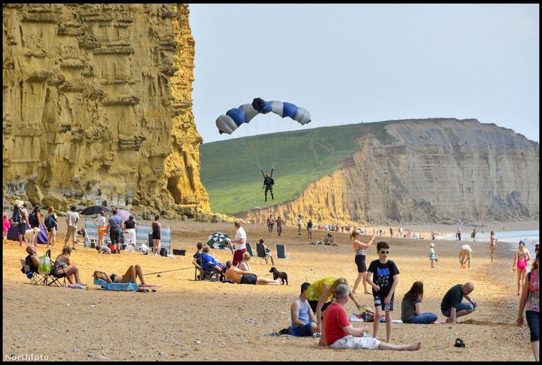 Amikor a fiatalember leérkezett a strandra, gyorsan összeszedte az ejtőernyőjét és továbbállt, amit mindenki annyiban is hagyott, tekintettel arra, hogy nem lett sérülés a dologból.