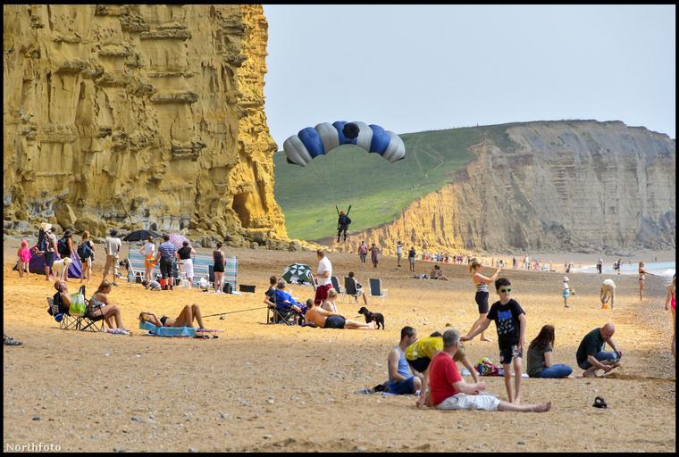 Kissé rejtélyes, hogy a bázisugró miért tartotta jó öltetnek, hogy a strandolók közé esik be az ejtőernyőjével, de pontosan ez történt.