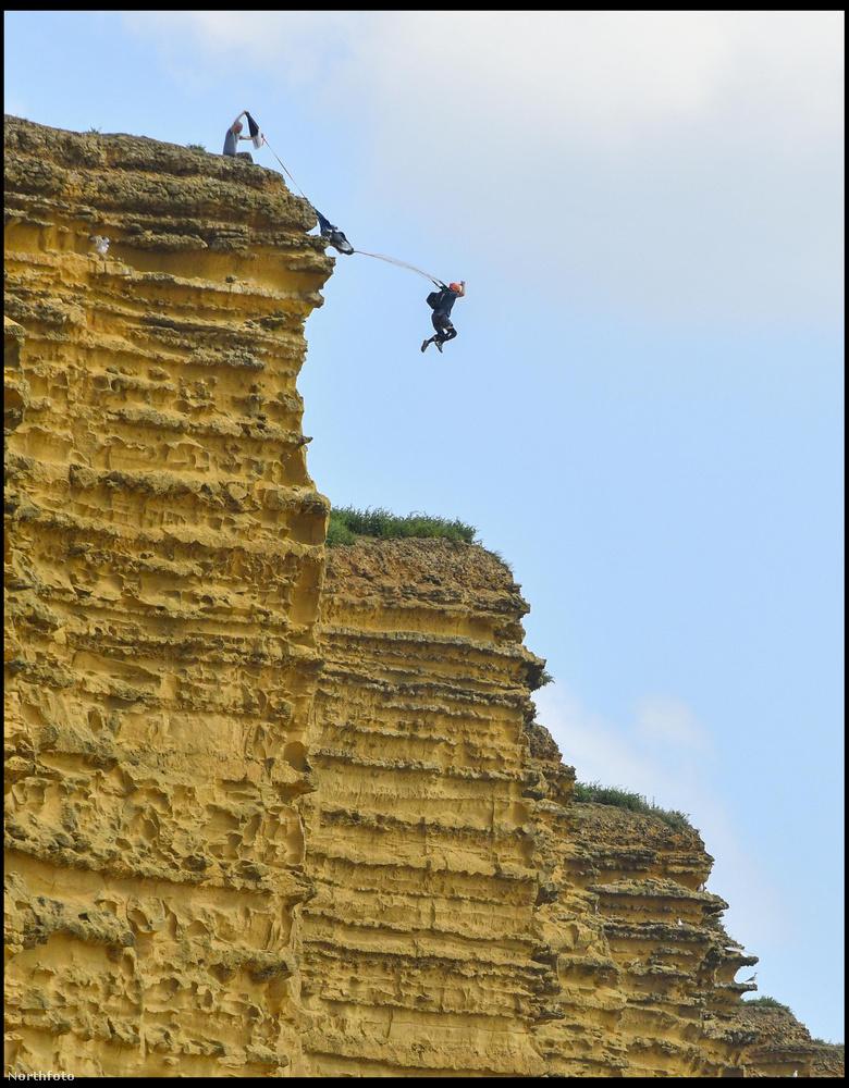 Anglia déli részén, Dorsetben van a tengerparton egy ilyen szikla, ami nagyon alkalmas bázisugrásra, mivel 45 méter magas