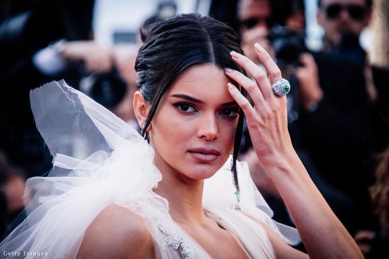 De előbb vagy utóbb, ha még ennél is komolyabbra és hivatalosabbra fordul a dolog, akkor Kendall Jenner biztos elviszi majd magával a kosaras pasiját egy-két puccosabb vörös szőnyeges eseményre.Na, viszlát!