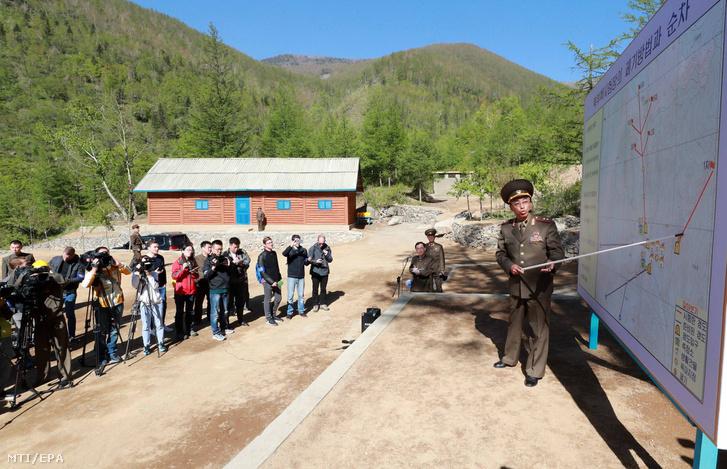 2018. május 25-én közreadott képen egy észak-koreai tiszt ismerteti az észak-koreai Punggje-ri atomlétesítmény megsemmisítésének különböző állomásait a sajtó képviselőinek május 24-én. Észak-Korea külföldi újságírók jelenlétében leszerelte nukleáris kísérleti telepét Punggje-riben, ahol hat kísérleti atomrobbantását korábban végrehajtotta.
