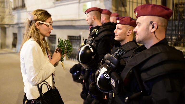 Végleg eldőlt: nem kell kitakarni a rendőrök arcát