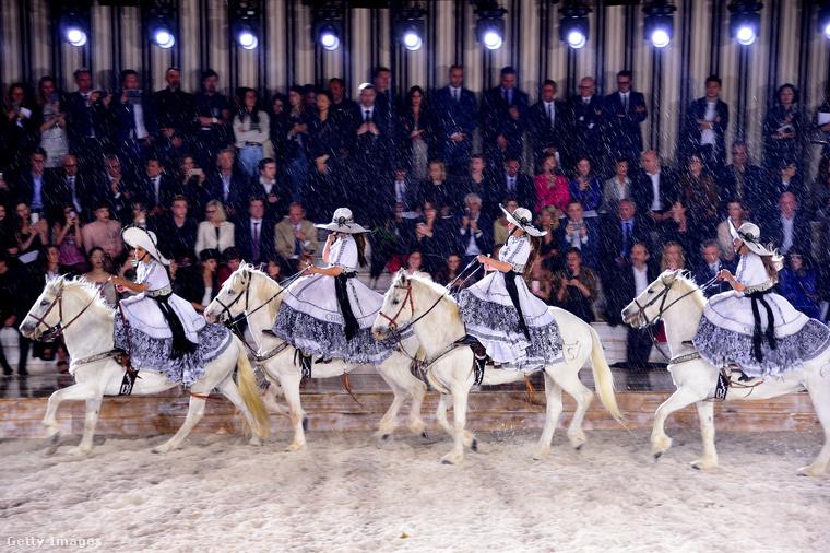 A divatbemutató egyik attrakciója egy lovasbemutató volt.