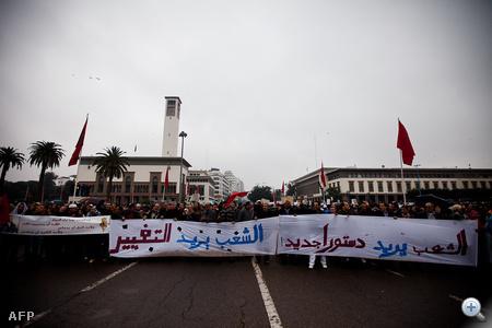 Több ezren tüntetnek, a helyszíni riportok alapján pedig még az állami tévé is jelen van, hogy a vezetés így fejezze ki, egész máshogy kezeli a tüntetőket, mint a térség többi részében