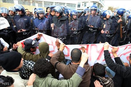 Abdel-Azíz Buteflika elnök lemondását követelik kormányellenes tüntetők Algírban 2011. február 12-én