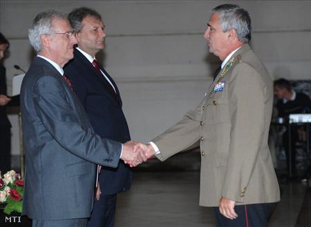 Sólyom László köztársasági elnök egyetemi tanári kinevezést ad át Padányi József mérnök ezredesnek 2008-ban (Fotó: Kollányi Péter)