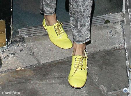 Sienna Miller kicsi szerencsétlen pózban, nagyon citromsárga cipőben megy haza kedd este