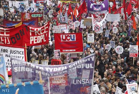 A brit országos szakszervezeti szövetség (TUC) közlése szerint több mint százezer embert vártak a kormány megszorító intézkedései ellen rendezett tüntetésre