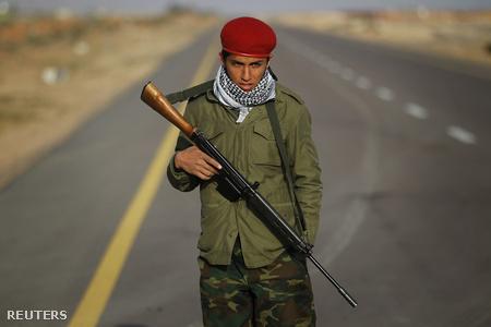 Líbiai felkelő posztol az utolsó ellenőrzőpontnál Bin Dzsavád előtt