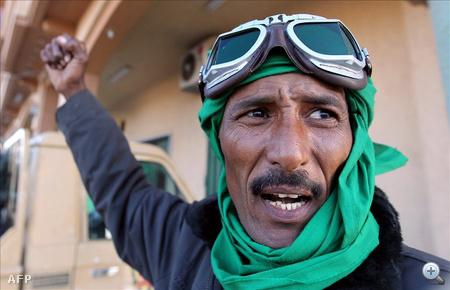 Líbiai katona a Tripolitól kb. 200 kilométerre keletre fekvő, nyugat-líbiai Miszráta városban, amely a kormányhű erők kezén van.