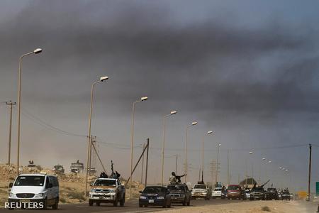 Felkelők menetoszlopa Bin Dzsavad mellett