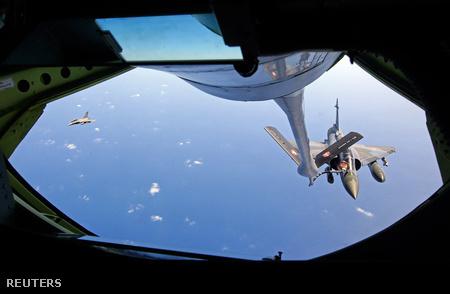 Francia Mirage 2000 tankol a levegőben