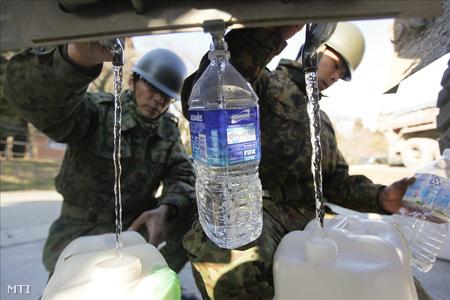 Japán katonák műanyagpalackokba töltik a radioaktív szennyezéstől mentes ivóvizet