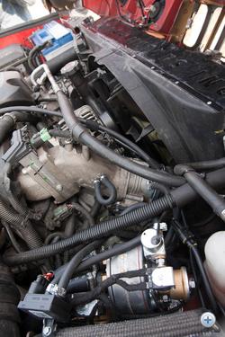 Előtérben a reduktor és elpárologtató, a H2-es motorterében