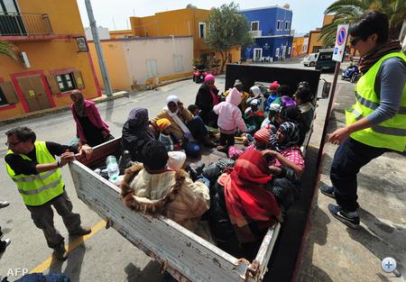 Az olasz hatóságok szerint a menekültek nagy része nem az elnyomás elől menekült, hanem a zűrzavart kihasználva próbált Európába jutni. Fontolgatják, hogy újra bevezetik korábbi ellentmondásos gyakorlatukat, mely alapján a menekülteket visszatoloncolják származási országukba.