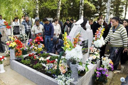 Több mint százan állták körbe Kóka Jenő sírját