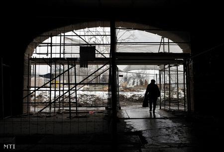Gyalogos megy át a villamosoknak szánt aluljárón, a Margit híd budai hídfőjénél.  (február 17.) Fotó: Kovács Tamás