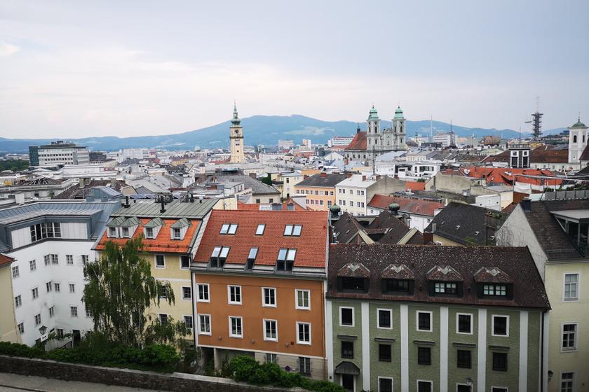 Hegyi villamos, linzer, séta a háztetőkön: kitalálod, melyik európai városról van szó?