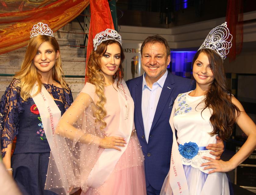 A két királynő az est házigazdájával, Joó Gézával, aki zenei producer és a Panoráma Világklub alelnöke.