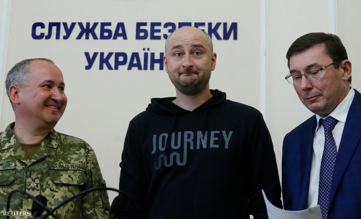 Babcsenko (k) a sajtótájékoztatón