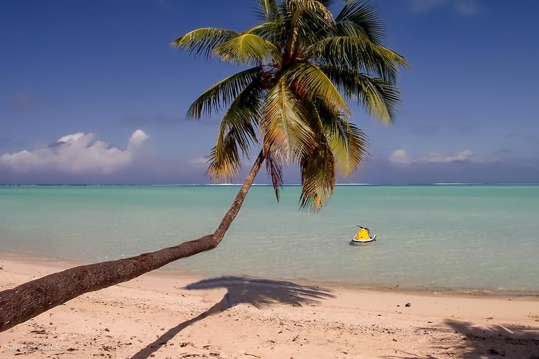 Matira Tahiti egyik legnépszerűbb strandja, nem véletlenül: a fehér homok, a smaragd lagúnák és a pálmafák rengetek turistát vonzanak