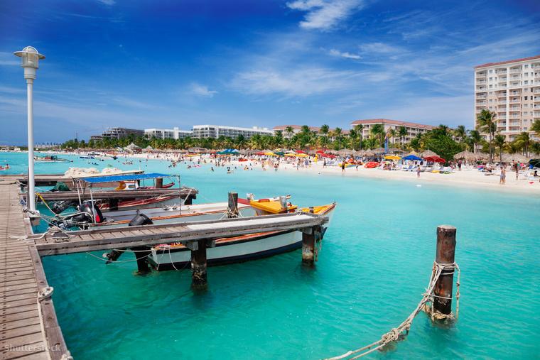 A Palm Beachen nap közben mezítláb lazulhatsz a Pelican Pier Barban, miután pedig lement a nap, meglátogathatod a környék kaszinóit és klubjait