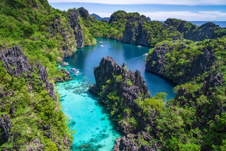 A Fülöp-szigeteki El Nido partszakasz lélegzetelállító naplementéiről híres