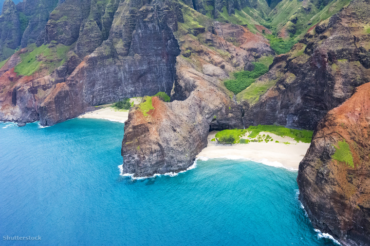 A szintén Hawaii-on található Honopu Beach kizárólag hajóval vagy a szomszéd Kalalau Beachről átúszva közelíthető meg