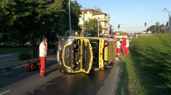 Felborult egy mentőautó a karambol után
