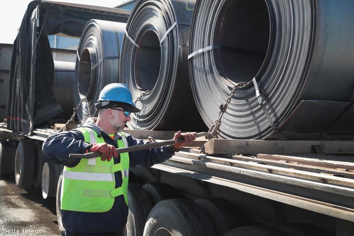 Acélhengert rögzítenek egy teherautóra az NLMK indianai gyárában.2018. március 15-én