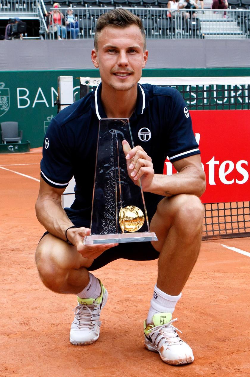 A genfi férfi salakpályás tenisztorna egyesének döntője után, miután legyőzte a német Peter Gojowyczkot.