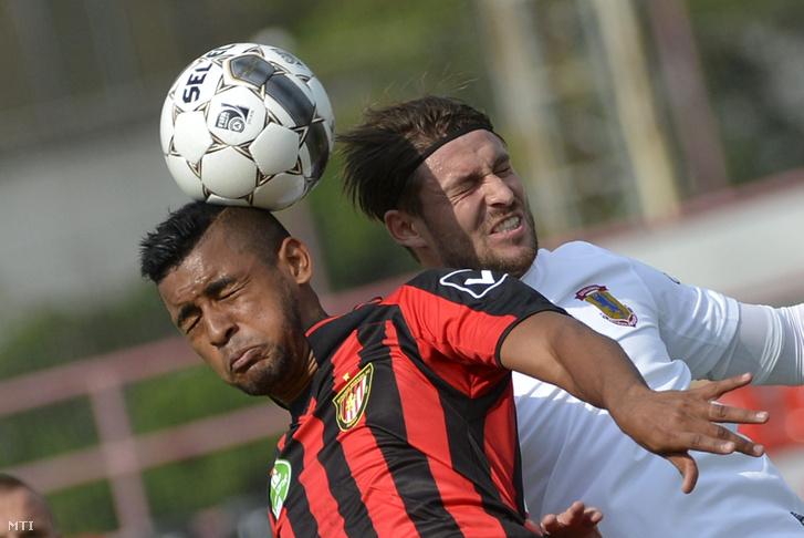 A kispesti Anibal Godoy (b) és dunaújvárosi Lázár Zsolt a labdarúgó OTP Bank Liga 1. fordulójában játszott Budapest Honvéd-Dunaújváros Pase mérkőzésen a Bozsik József Stadionban 2014. július 26-án.