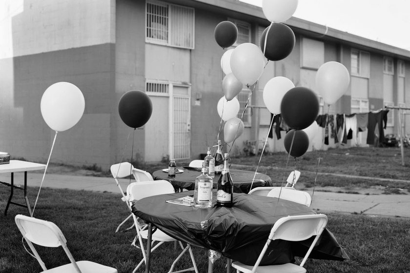 Dana Lixenberg: Untitled (Birthday party), 2009. Imperial Courts 1993 - 2015 Zselatinos ezüst nagyítás © Dana Lixenberg | Courtesy of the Artist and GRIMM, Amsterdam/New York