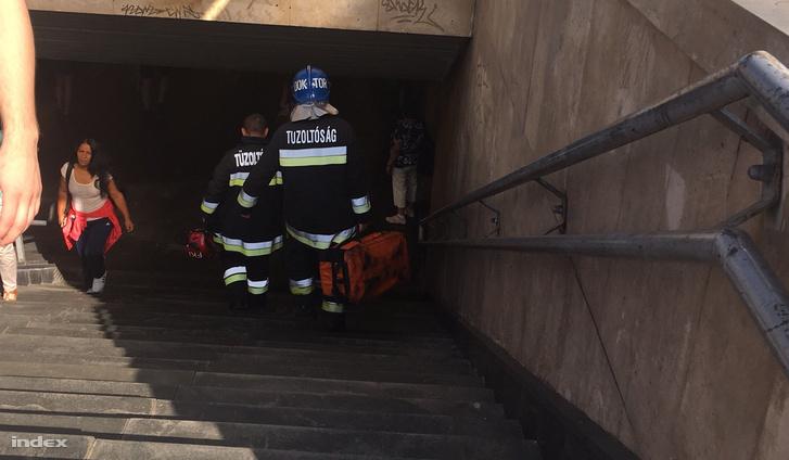 Tűzoltók sietnek a baleset helyszínére